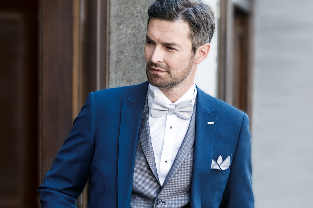 9605af4753 Hodí se na svatbu modrý oblek